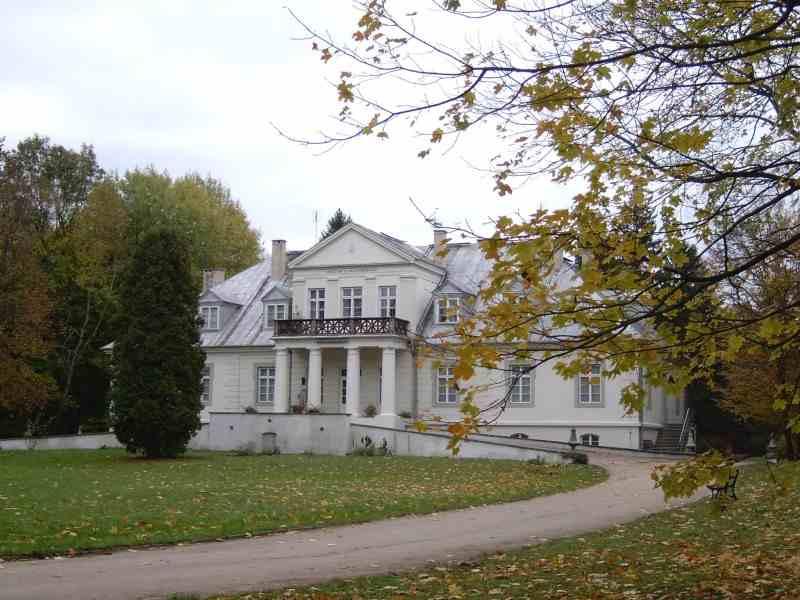 Muzeum Józefa Ignacego Kraszewskiego w Romanowie, widok od frontu jesienią