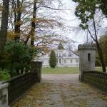 Widok na muzeum od strony bramy wjazdowej.
